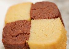 Closeup av nytt bakad kakor, choklad och vanilj på vit bakgrund Arkivfoto