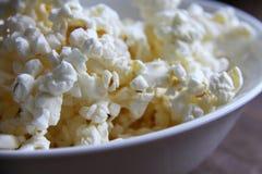 Closeup av nytt bakat popcorn i bunke arkivfoton
