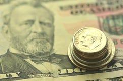 Closeup av oss sedlar och mynt Arkivfoto