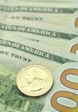 Closeup av oss sedlar och mynt Arkivfoton
