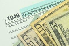 Closeup av oss skattform och oss pengar Arkivbild