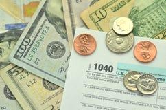 Closeup av oss skattform och oss pengar Arkivfoton