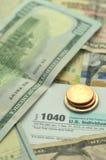 Closeup av oss skattform och oss pengar Royaltyfri Fotografi