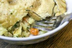 Closeup av pajen för kyndelhönakruka med gaffeln i skorpan fotografering för bildbyråer
