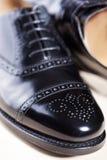 Closeup av par av manlig stilfull svart halva-Brogu polerade Oxford Arkivfoton