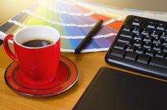 Closeup av pennan för hand för grafiska formgivare den hållande Royaltyfri Bild