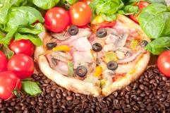 Closeup av pizza med kaffebönor, tomater, ost och basilika Royaltyfria Foton
