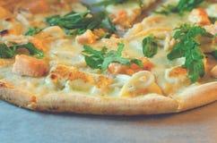 Closeup av pizza med skaldjur och arugula royaltyfria bilder
