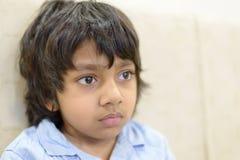 Closeup av pojken eller studenten i blå skjorta som stirrar på arkivfoton