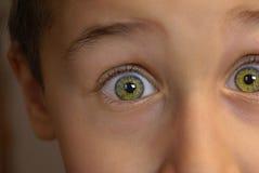 Closeup av pojken med sned boll synat uttryck av chock och överraskningen arkivbild