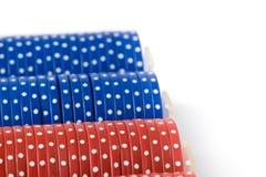 Closeup av pokerchiper i fall att på white Royaltyfria Bilder