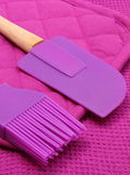 Closeup av purpurfärgad silikonköktillbehör Royaltyfri Fotografi