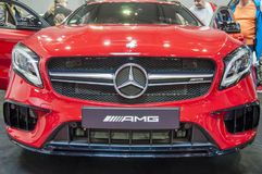 Closeup av röda splitterny Mercedes Benz royaltyfri fotografi