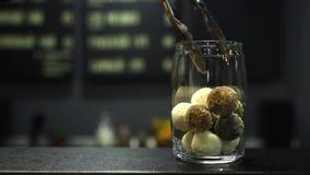 Closeup av sötsaker för veck för hand för man` s handgjorda in i en glass krus sunda söta fester lager videofilmer