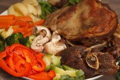 Closeup av saftig grillad kryddad biff på en platta med ny pe Arkivfoto