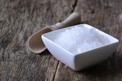 Closeup av salt på trätabellen Royaltyfri Foto