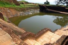 Closeup av Sigiriya det stora vattendammet royaltyfri foto