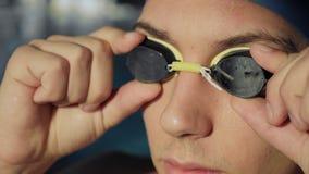 Closeup av simmares framsida med exponeringsglas lager videofilmer