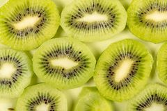 Closeup av skivade Kiwi Fruit On The Plate arkivfoton