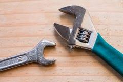 Closeup av skruvnyckeln och skiftnyckeln arkivfoton