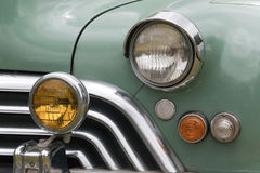 Closeup av skyddsgallret och ljus av den återställda klassiska bilen Fotografering för Bildbyråer
