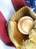 Closeup av sliten baseball och karda på en USA-flaggabakgrund, utmärkt för Amerika favorit- tidsfördriv Lodlinjen avbildar arkivbilder