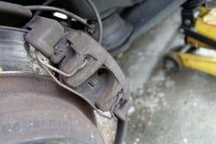 Closeup av slitna klämmor för diskettbroms på bilen Fotografering för Bildbyråer
