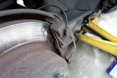 Closeup av slitna klämmor för diskettbroms på bilen Royaltyfria Bilder