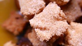 Closeup av smakliga kakor med socker 4k UHD lager videofilmer