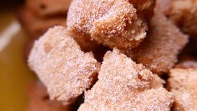 Closeup av smakliga kakor med socker 4k UHD stock video