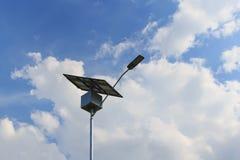 Closeup av solpanelen på den elektriska polen, sol- energi för lightn Arkivbild