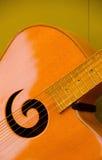 Closeup av soundboarden och soundhole av en gitarr Royaltyfria Foton
