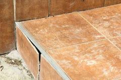 Closeup av spruckna tegelplattor arkivbild