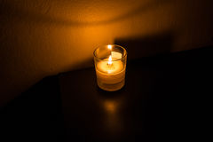 Closeup av stearinljuset i exponeringsglaset Arkivbilder