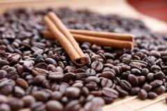 Closeup av stjärnaanis, nya doftande vaniljfröskidor, kanelbruna pinnar och kaffekorn och att krydda ingredienser för att laga ma arkivfoton