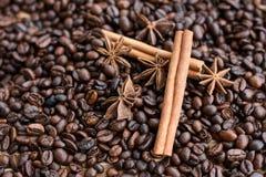Closeup av stjärnaanis, nya doftande vaniljfröskidor, kanelbruna pinnar och kaffekorn och att krydda ingredienser för att laga ma royaltyfria foton