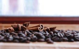 Closeup av stjärnaanis, nya doftande vaniljfröskidor, kanelbruna pinnar och kaffekorn och att krydda ingredienser för att laga ma arkivbild