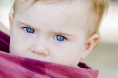 Closeup av stora blåa ögon av en behandla som ett barn fotografering för bildbyråer