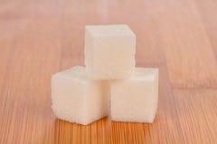 Closeup av Sugar Cubes på bambuskärbräda Royaltyfri Bild