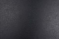 Closeup av svart grov bakgrund som tänds med dunkelt ljus royaltyfri foto