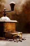 Closeup av tappningkaffegrinderen Arkivfoto