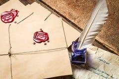 Closeup av tappningkuvertet och den gamla bokstaven som är skriftliga med blått färgpulver Fotografering för Bildbyråer