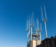 Closeup av telekommunikationsutrustning på taket Arkivbild