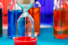 Closeup av timglaset på suddig flaskbakgrund Royaltyfri Fotografi
