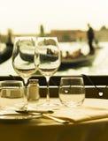 Closeup av tomma vinexponeringsglas i Venedig, Italien Royaltyfria Foton