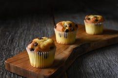 Closeup av tre muffin för kortkortchokladchip på en skärbräda royaltyfri fotografi