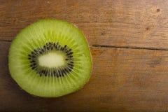 Closeup av tvärsnittet av kiwi sund mat Arkivbild