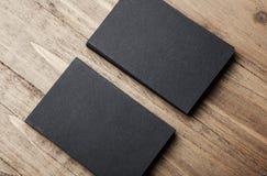 Closeup av två bunt av kort för mellanrumssvartaffär på träbakgrund Royaltyfria Bilder