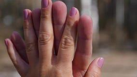 Closeup av två vänner som sammanfogar händer Specificera konturn av man- och kvinnainnehavhänder över Förälskelse- och lyckabegre stock video
