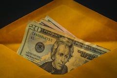 Closeup av US dollar i brunt kuvert Royaltyfria Bilder